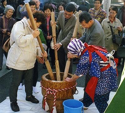 Mochi-tsuki (Pounding rice cake)